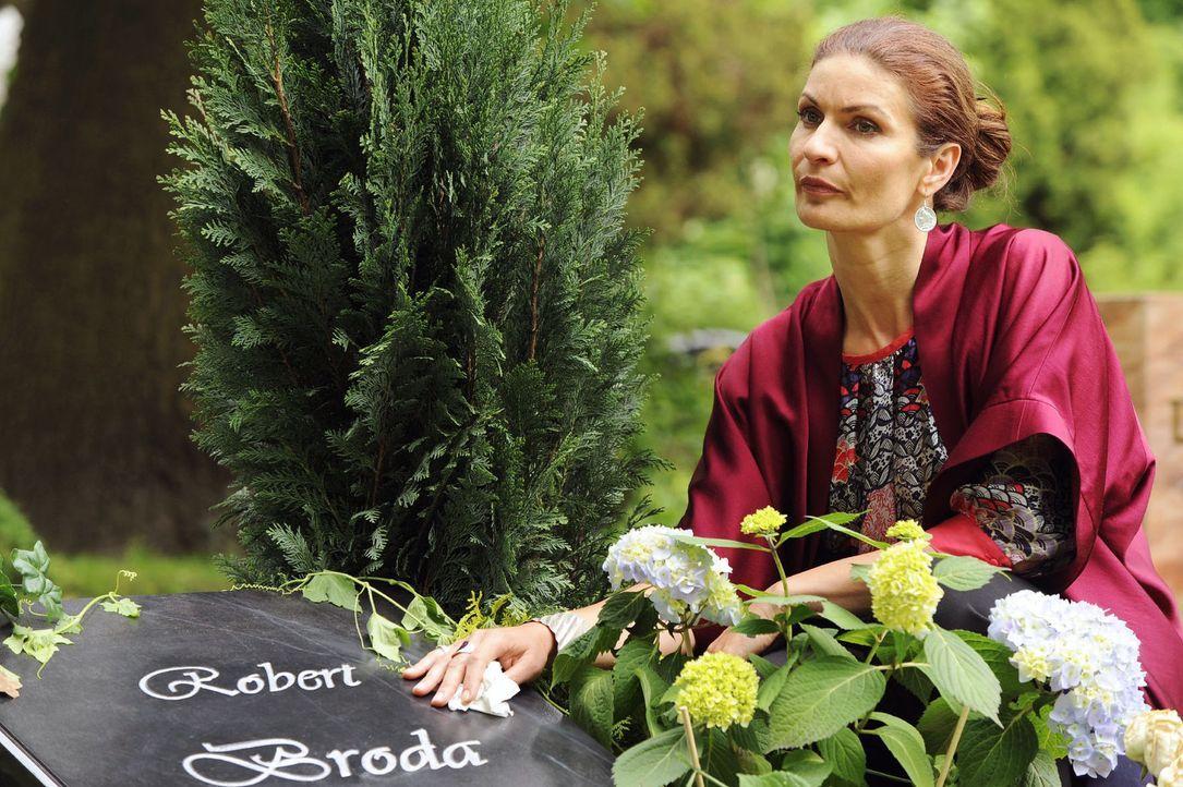 Natascha (Franziska Matthus) gesteht sich an Roberts Grab ein, des Kämpfens müde zu sein... - Bildquelle: Sat.1