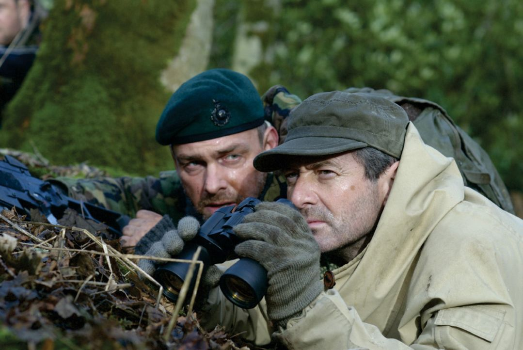 Während in Osteuropa der Krieg tobt, soll eine kampferprobte Söldnertruppe (Ray Stevenson, l. und Julian Wadham, r.) in einen alten Nazibunker eindr... - Bildquelle: 2007 Cinema One SPV1 Ltd. All Rights Reserved.
