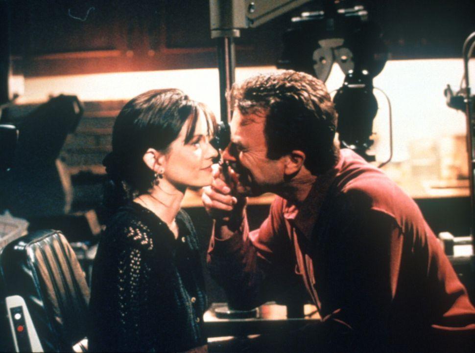 Monica (Courteney Cox, l.) hat sich in Dr. Burke (Tom Selleck, r.) verliebt, einen 20 Jahre älteren Arzt - und Freund ihrer Familie. - Bildquelle: TM+  2000 WARNER BROS.