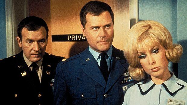 Jeannie (Barbara Eden, r.), Tony (Larry Hagman, M.) und Roger (Bill Daily, l....