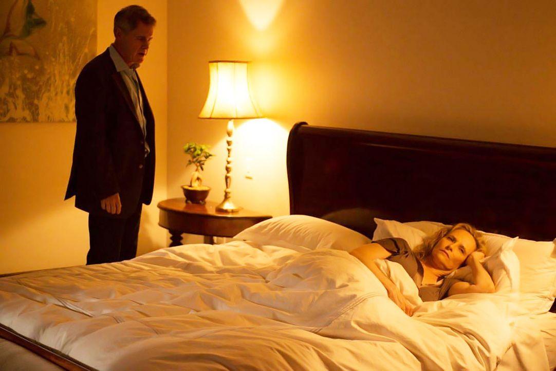 Martha Boyd (Laila Robins, r.) ahnt nicht, dass ihr Mann Dennis (Mark Moses, l.) von Tasneem Qureshi unter Druck gesetzt wird. Doch wird er es gehei... - Bildquelle: Homeland   2014 Twentieth Century Fox Film Corporation