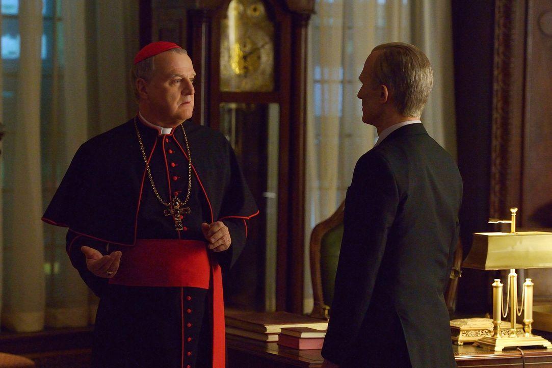 """Eichorst (Richard Sammel, r.) stattet Kardinal McNamara (Tom Kemp, l.) einen Besuch ab, um sicherzugehen, dass das Occido Lumen nicht in die """"falsch... - Bildquelle: 2015 Fox and its related entities. All rights reserved."""