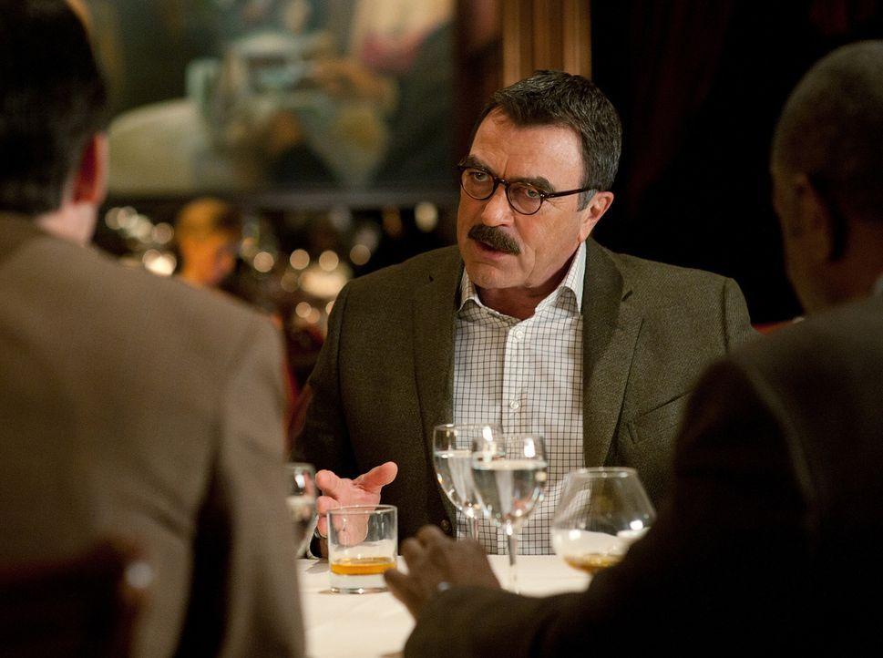 Bei einem Abendessen erzählt Frank Reagan (Tom Selleck) seinen Freunden, dass das Atrium im John Kay College dem Andenken seines Sohnes gewidmet wir... - Bildquelle: 2010 CBS Broadcasting Inc. All Rights Reserved