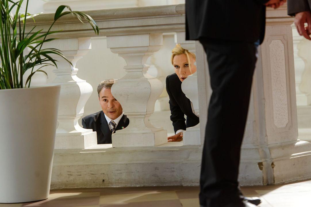 Während die Bundeskanzlerin (Veronica Ferres, r.) dem französischen Präsidenten aus dem Weg zu gehen versucht, setzt der italienische Premier Carlo... - Bildquelle: Stefan Erhard SAT. 1