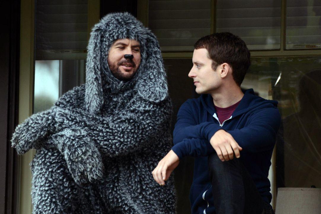 Wilfred (Jason Gann, l.) redet Ryan (Elijah Wood, r.) ins Gewissen. Wird Ryan jetzt mit seinen Lügengeschichten aufräumen? - Bildquelle: 2011 FX Networks, LLC. All rights reserved.
