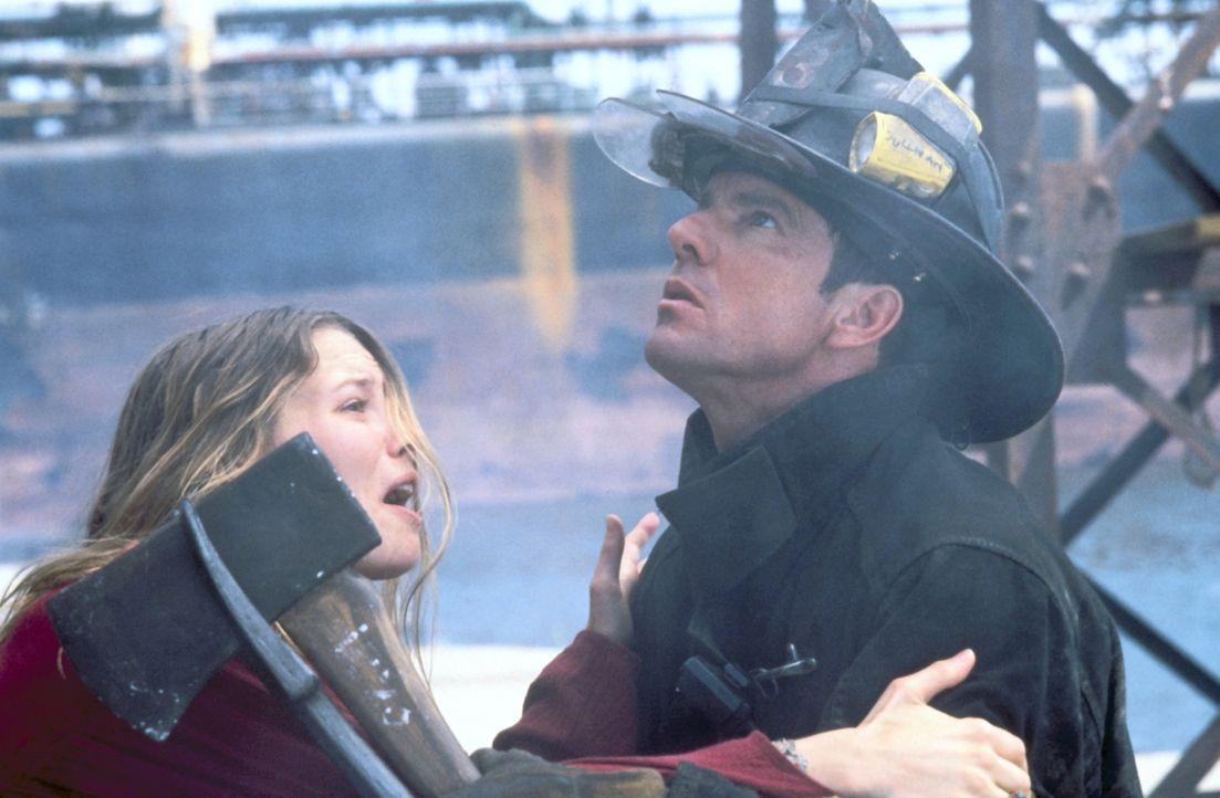 Mit aller Macht versucht Julia (Elizabeth Mitchell, l.) ihren Mann Frank (Dennis Quaid, r.) davon abzuhalten, noch einmal in die Feuerhölle zu gehen... - Bildquelle: New Line Cinema