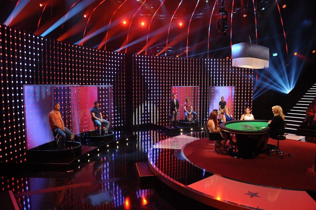 """In """"Mein Mann kann"""" zocken Frauen mit ihren Konkurrentinnen an einem Pokertisch um das Können ihres Mannes. Britt Hagedorn (r.) moderiert die Show... - Bildquelle: Willi Weber SAT.1"""