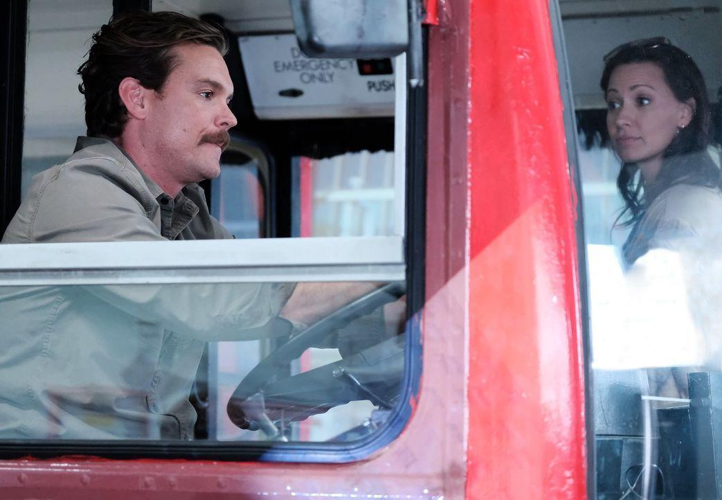Das Date im Doppeldeckerbus sollte für Molly (Kristen Gutoskie, r.) und Riggs (Clayne Crawford, l.) eigentlich anders verlaufen ... - Bildquelle: Warner Brothers
