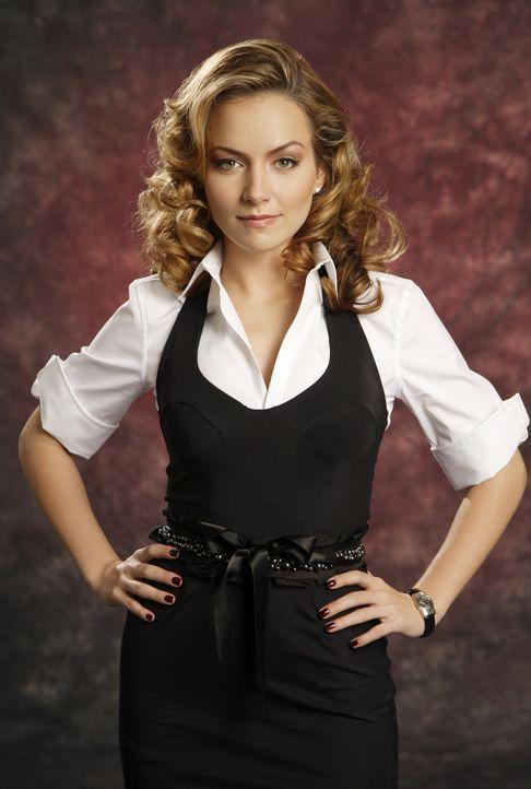 """(1. Staffel) - Amanda (Becki Newton) sitzt am Empfang von """"Mode"""" und sieht in Betty eine Konkurrentin ... - Bildquelle: Buena Vista International Television"""
