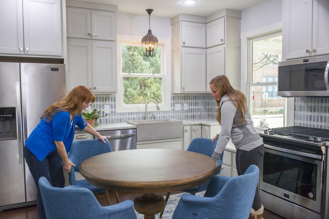 Im letzten Schritt machen Karen (l.) und Mina (r.) das Haus bewohnbar und verpassen den Räumen mit ihrem modernen Einrichtungsstil den letzten Schli... - Bildquelle: 2017,HGTV/Scripps Networks, LLC. All Rights Reserved