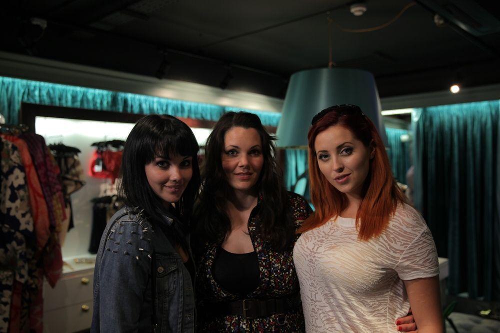 UK Paula mit Lucy und Melissa Page 3