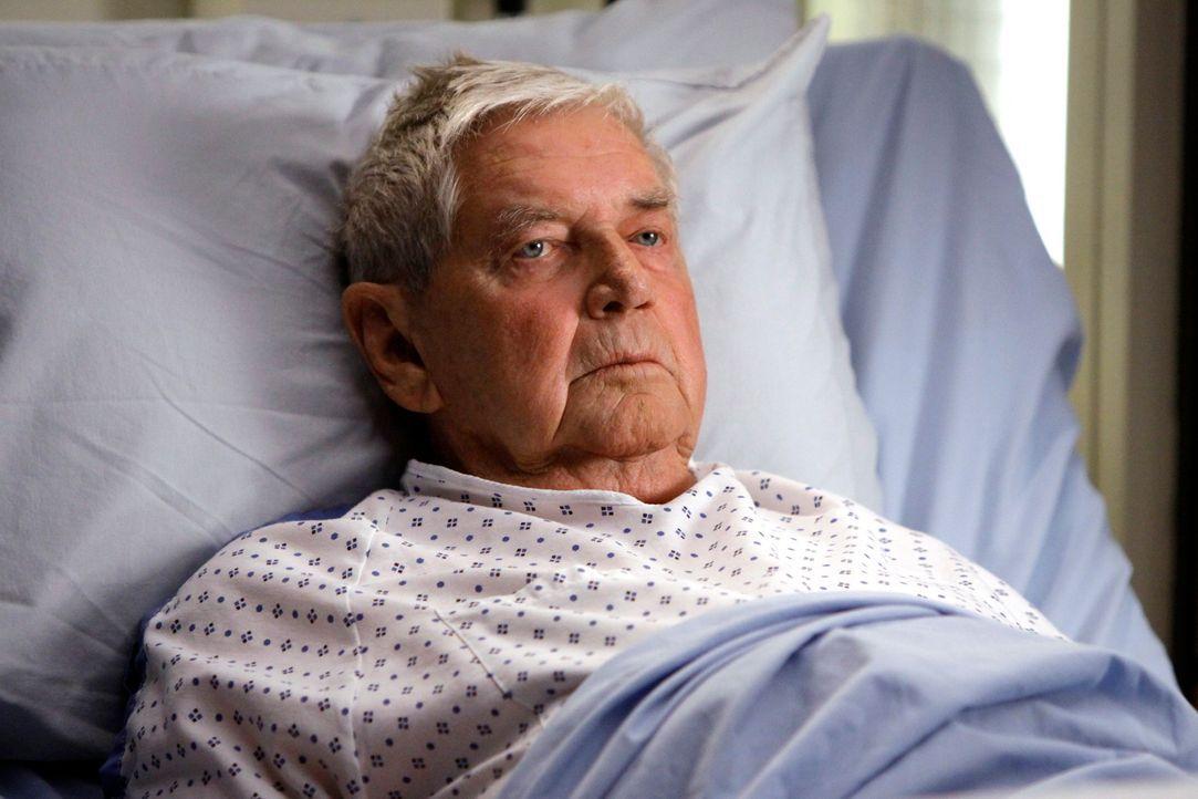 Der 80-jährige Irving Waller (Ralph Waite) kommt mit einem speziellen Wunsch ins Seattle Grace Hospital. Er möchte sich ein Penis-Implantat einsetze... - Bildquelle: Touchstone Television