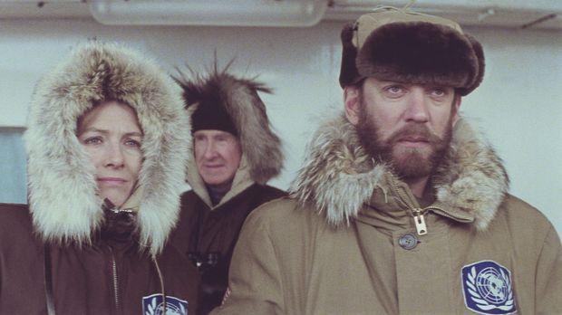 Lansing (Donald Sutherland, r.) überbringt Hedi Lindquist (Vanessa Redgrave,...