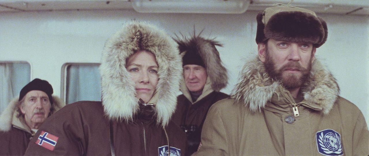 Lansing (Donald Sutherland, r.) überbringt Hedi Lindquist (Vanessa Redgrave, 2.v.l.) und Smithy (Lloyd Bridges, l.) die Nachricht, dass die britisc... - Bildquelle: Columbia Pictures