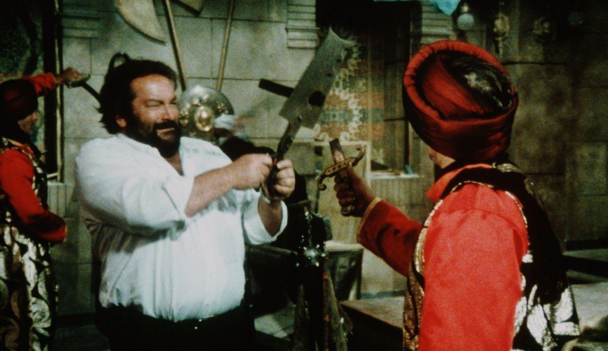In Ägypten wird Kommissar Rizzo (Bud Spencer, l.) mit ganz neuen Kampftechniken konfrontiert ...