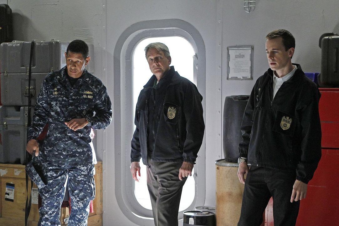 Versuchen den Tod von Commander Reynolds aufzuklären: Gibbs (Mark Harmon, M.), McGee (Sean Murray, r.) und Navy Captain Thomas Lind (Scott Lawrence,... - Bildquelle: CBS Television