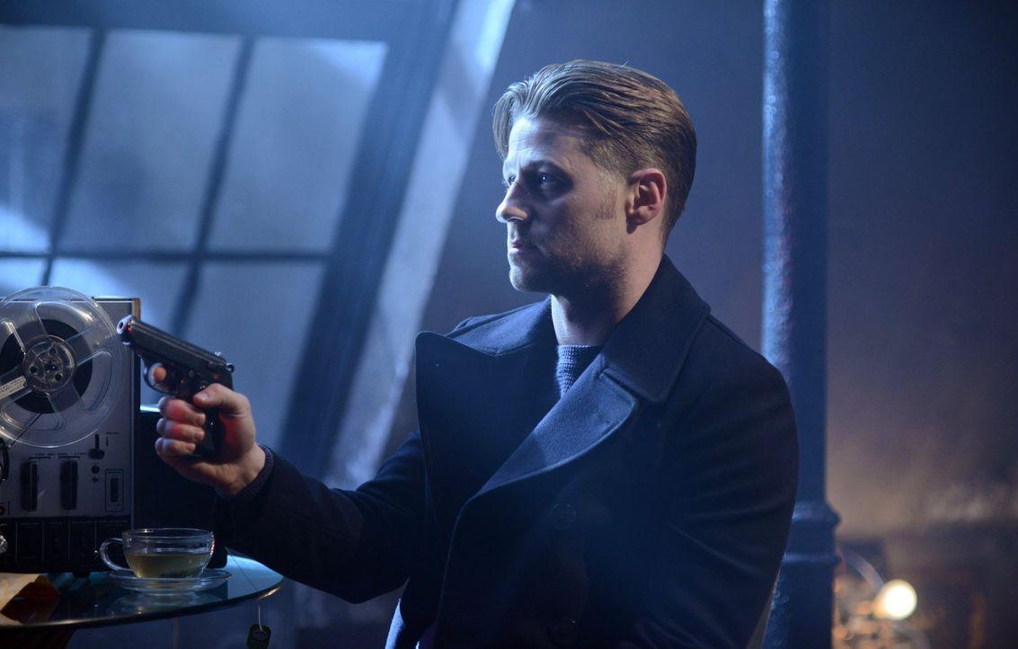 Um seinen Namen reinzuwaschen, nimmt sich Gordon (Ben McKenzie) seine Akte vor, wofür er Nygmas Hilfe braucht. Doch dies ist keine gute Idee ... - Bildquelle: Warner Brothers