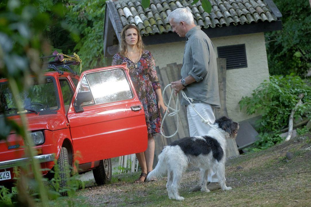 Am liebsten würde Claudia (Rebecca Immanuel, r.) Herbert (Christoph M. Ohrt, l.) kastrieren lassen, doch stattdessen trifft es beinahe den armen Fin... - Bildquelle: Jacqueline Krause-Burberg SAT.1