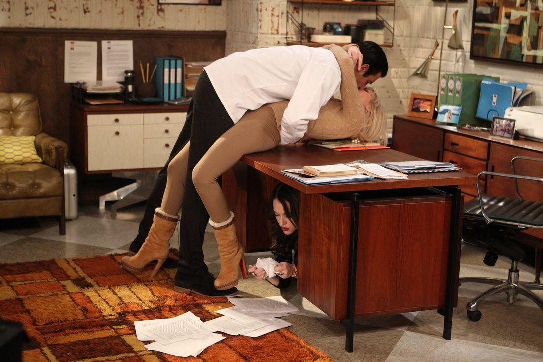 Um an die Testantworten zu gelangen, tut Caroline (Beth Behrs, M.) alles für ihre Freundin (Kat Dennings, unten). Auch wenn das bedeutet, nochmal mi... - Bildquelle: Warner Brothers