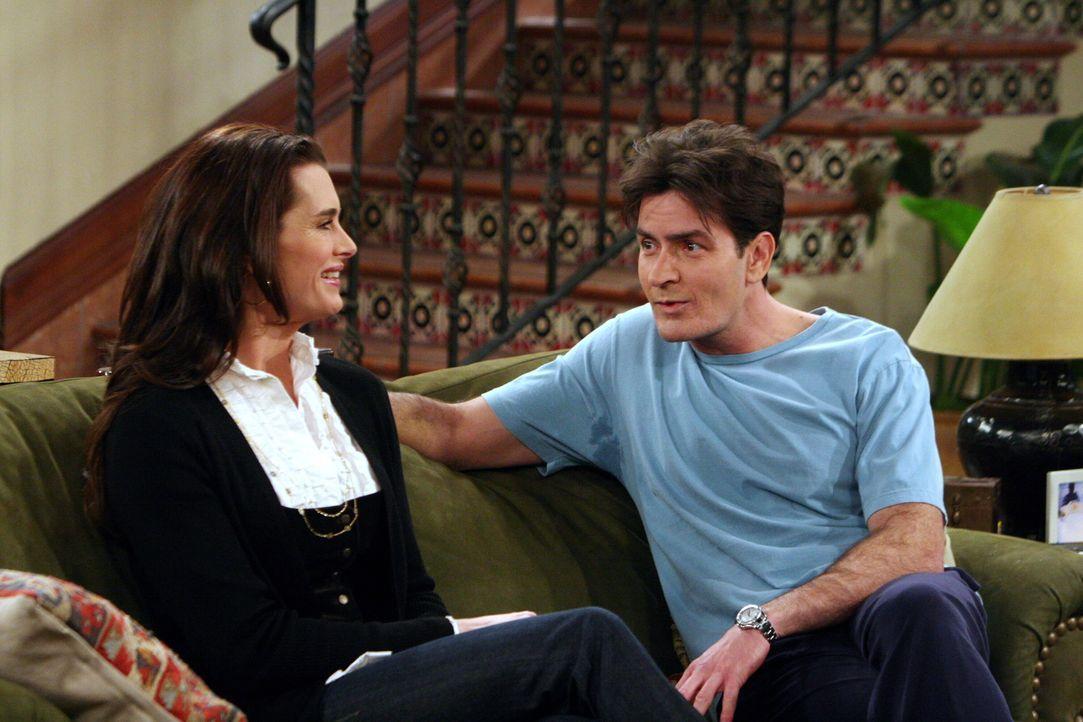 Charlie (Charlie Sheen, r.) ist zwar von der neuen Nachbarin Danielle (Brooke Shields, l.) angetan, aber er will seinen Bruder Alan, der bei ihm woh... - Bildquelle: Warner Brothers Entertainment Inc.