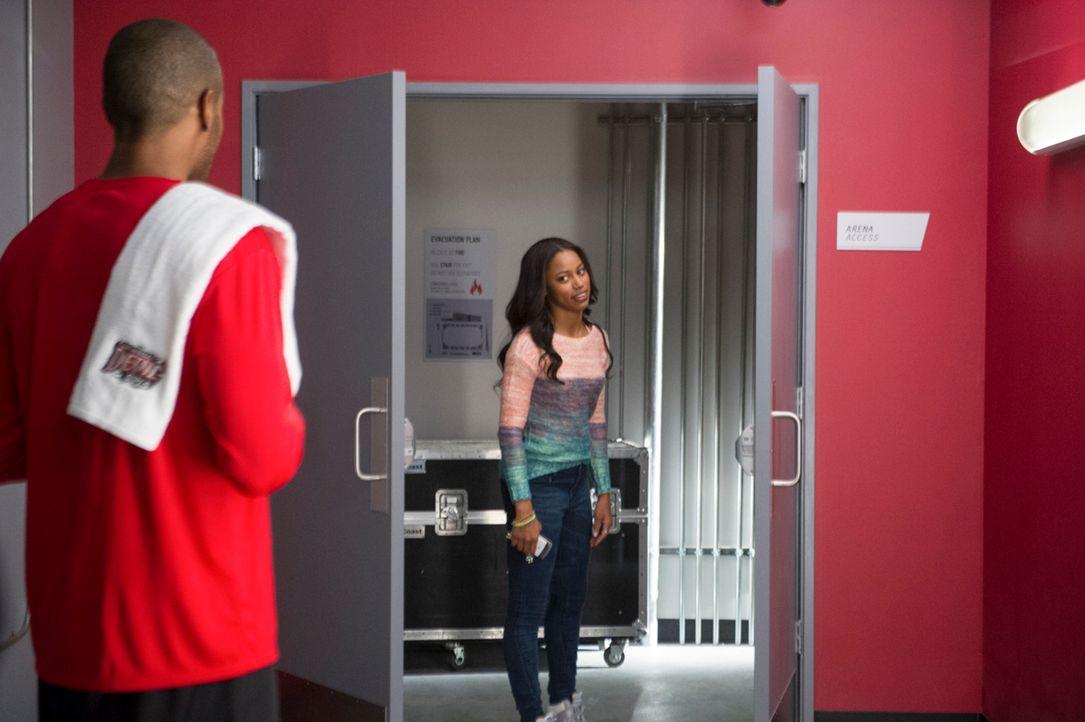 Dass ausgerechnet Derek (McKinley Freeman, l.) versucht, Ahsha (Taylor Paige, r.) aufzumuntern, bringt sie kurz aus dem Konzept ... - Bildquelle: Ron Jaffe 2013 Starz Entertainment LLC, All rights reserved