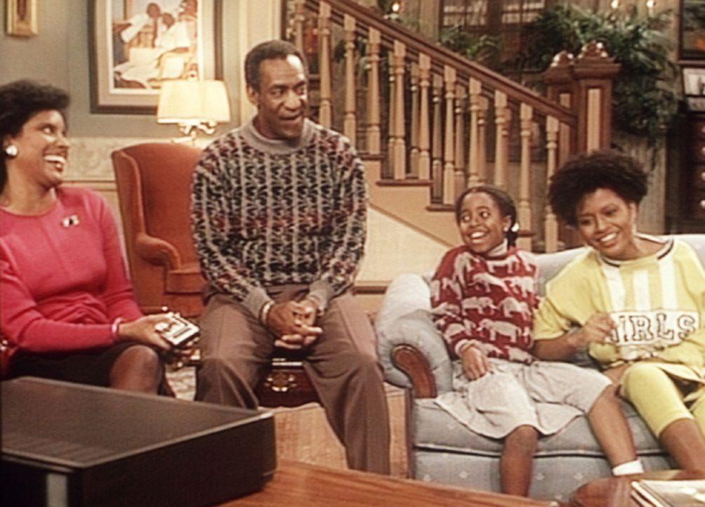 Cliff (Bill Cosby, 2.v.l.) kann nicht verhindern, dass die Videoaufzeichnung vom letzten Krankenhaus-Basketballspiel vorgeführt wird. Clair (Phylic... - Bildquelle: Viacom