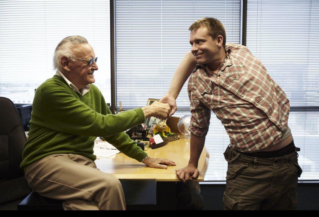 """Auf der Suche nach den wahren """"X-Men"""": Comic-Ikone Stan Lee (l.) und Daniel Browning Smith (r.) ... - Bildquelle: 2011 A&E TELEVISION NETWORKS, LLC. ALL RIGHTS RESERVED."""