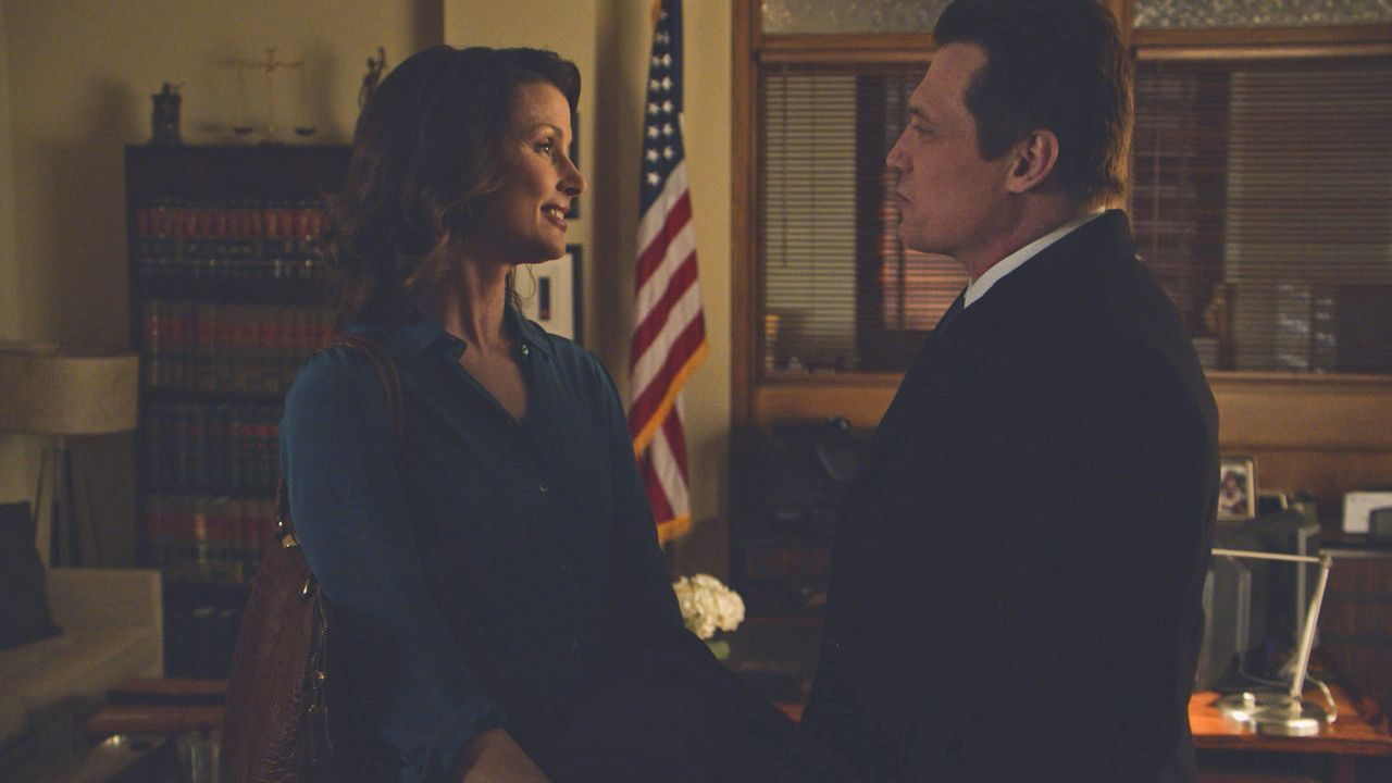 Während Erin (Bridget Moynahan, l.) nach einem Speed-Dating bei einem Fall auf Robert McCoy (Holt McCallany, r.), einen ihrer Dating-Partner, trifft... - Bildquelle: 2013 CBS Broadcasting Inc. All Rights Reserved.