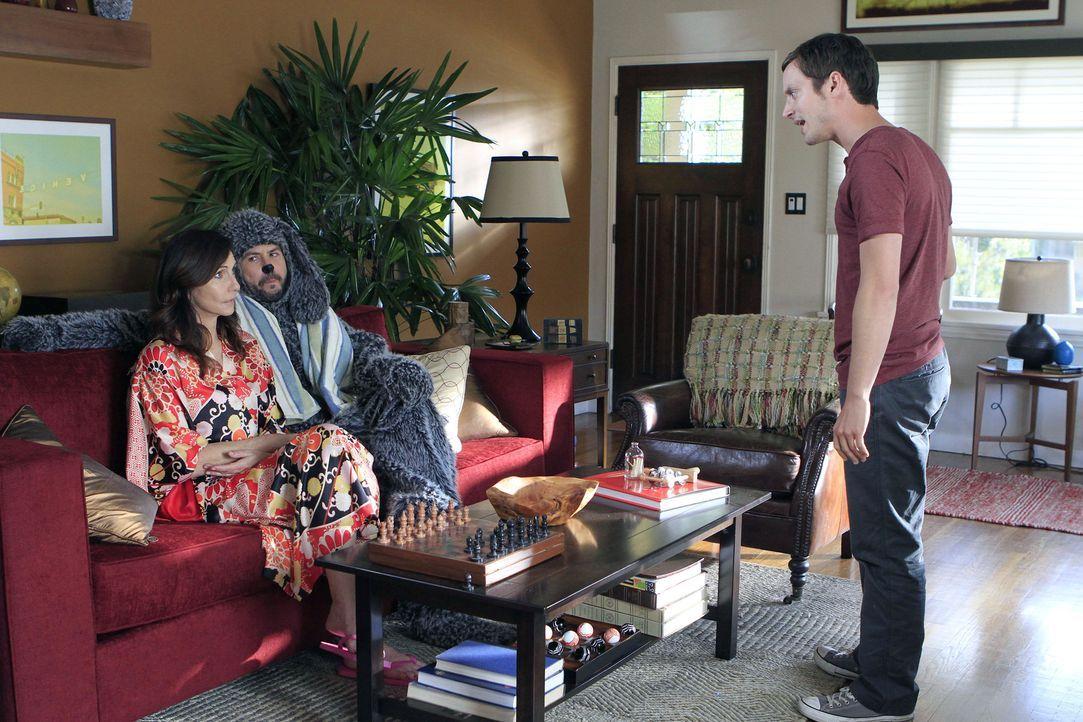 Schnell ist Ryan (Elijah Wood, r.) von seiner Mutter (Mary Steenburgen, l.) genervt und möchte am liebsten, dass sie wieder in die Psychiatrie zurüc... - Bildquelle: 2011 FX Networks, LLC. All rights reserved.
