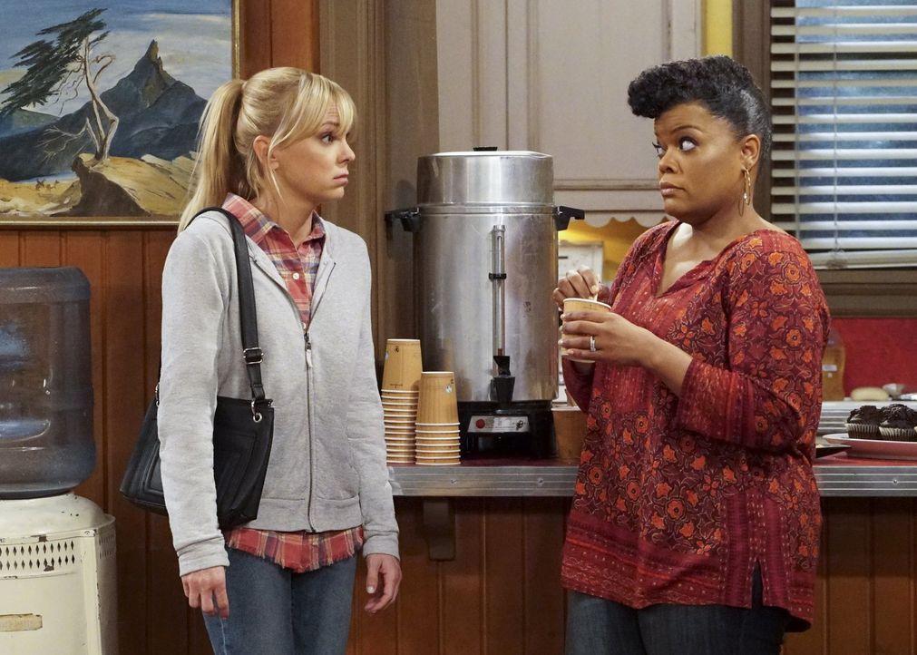 Wie wird Christy (Anna Faris, l.) reagieren, wenn Nora (Yvette Nicole Brown, r.) sie auffordert, nett zu Bonnie zu sein? - Bildquelle: 2018 Warner Bros.