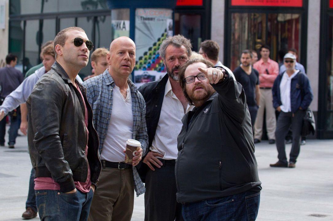 (v.l.n.r.) Hauptdarsteller Jai Courtney, Bruce Willis, Sebastian Koch und Regisseur John Moore am Set ... - Bildquelle: 2013 Twentieth Century Fox Film Corporation. All rights reserved.