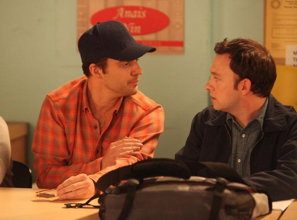 Nick (Jake Johnson, l.) ist der Meinung, dass Edgar (Nathan Corddry, r.), einer von Jess' Schülern, ein Psychopath ist, und schleust sich deshalb in... - Bildquelle: 2012 Twentieth Century Fox Film Corporation. All rights reserved.