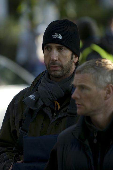 Regisseur David Schwimmer während einer kurzen Drehpause ... - Bildquelle: 2008 Warner Brothers