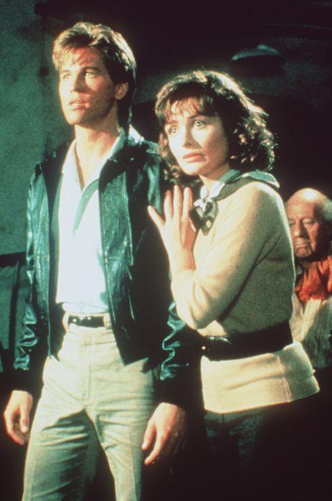Gemeinsam machen sich Nick (Val Kilmer, l.) und Hillary (Lucy Gutteridge, r.) auf die Suche nach Hillarys Vater, der von DDR-Militärs entführt wur... - Bildquelle: Paramount Pictures