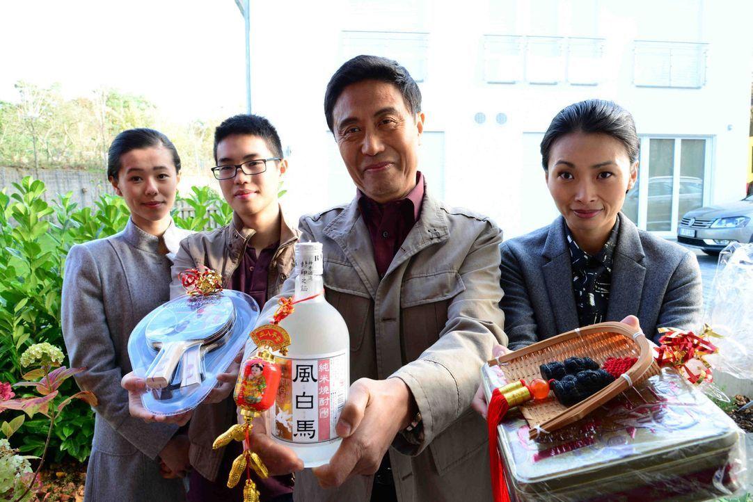 Stellen sich mit Höflichkeit und Herzlichkeit als neue Nachbarn vor: (v.l.n.r.) Wang Hua (Fang Yu), Tochter Yang (Kim Stephanie Reinboldt), Sohn Mao... - Bildquelle: Christiane Pausch SAT.1