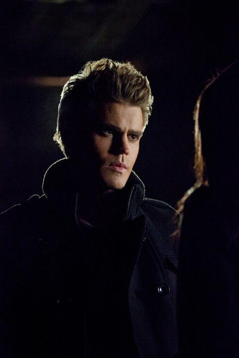 Stefan Salvatore (Paul Wesley, l.) und Damon beschließen Bonnies (Kat Graham, r.) Mutter Abby zu opfern und sie in eine Vampirin zu verwandeln, um E... - Bildquelle: Warner Brothers