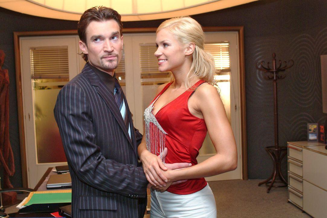 Sabrina (Nina-Friederike Gnädig, r.) testet Richards (Karim Köster, l.) Liebe zu ihr und gibt vor, schwanger zu sein ... - Bildquelle: Monika Schürle Sat.1