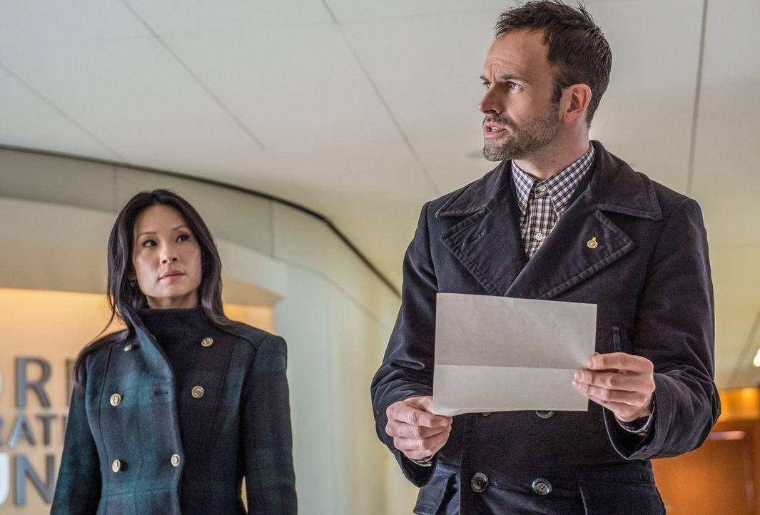 Watson (Lucy Liu, l.) und Holmes (Jonny Lee Miller, r.) konfrontieren den Kunsthändler Jacob Weiss mit ihrem Verdacht, er habe in großem Stil Gelder... - Bildquelle: CBS Television