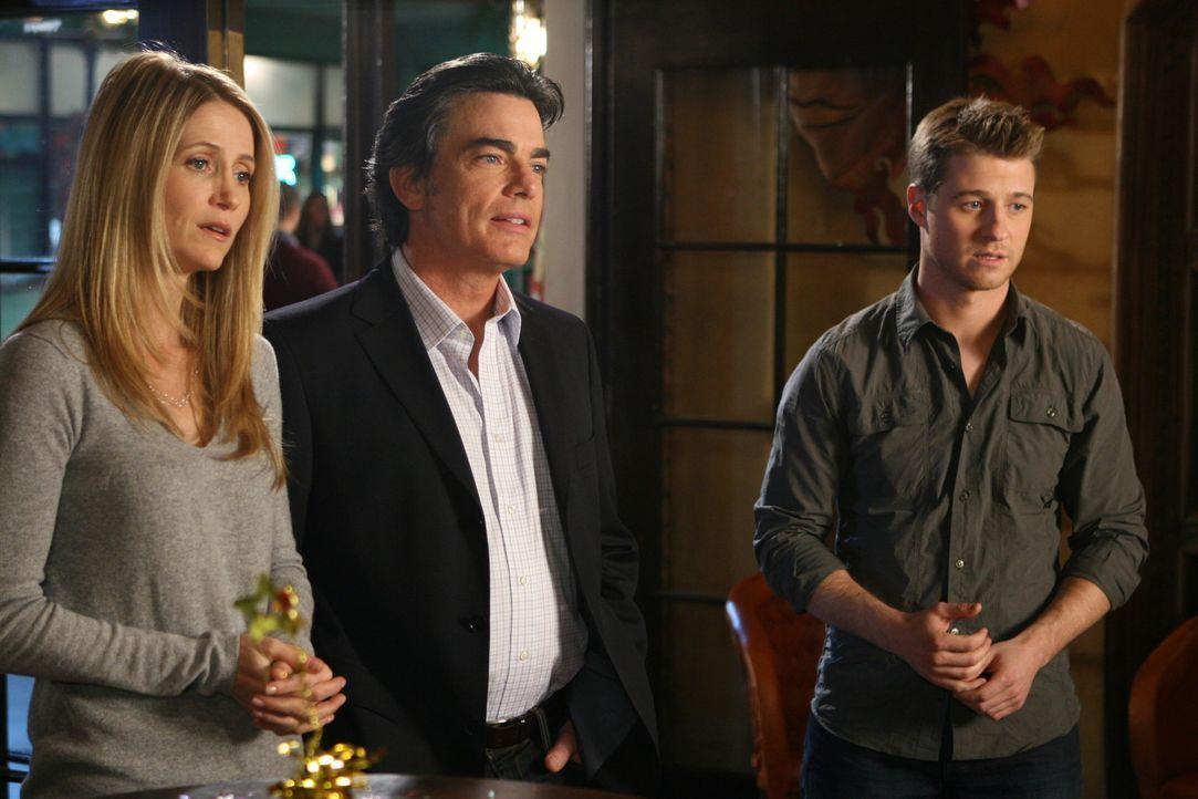 Feiern mit Taylor ihren Geburtstag: Ryan (Benjamin McKenzie, r.), Kirsten (Kelly Rowan, l.) und Sandy (Peter Gallagher, M.) ... - Bildquelle: Warner Bros. Television