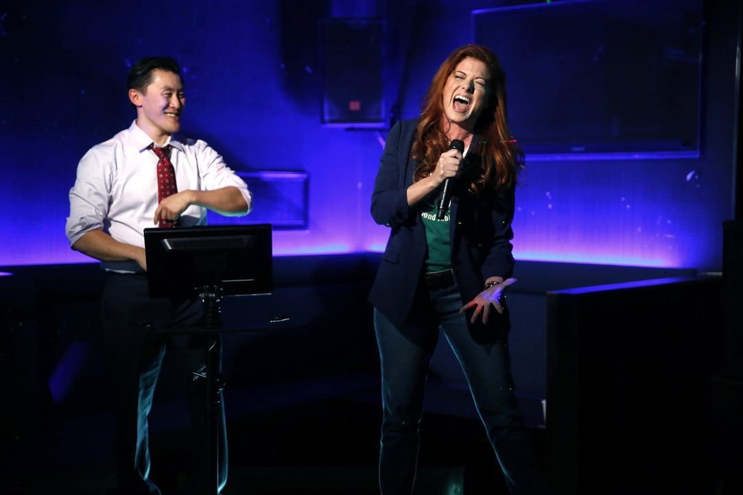 Ein Karaoke-Duett mit einem koreanischen Geschäftsmann (Jason Sol, l.) nimmt Laura (Debra Messing, r.) in Kauf, um Hinweise in einem Mordfall zu erh... - Bildquelle: Warner Bros. Entertainment, Inc.