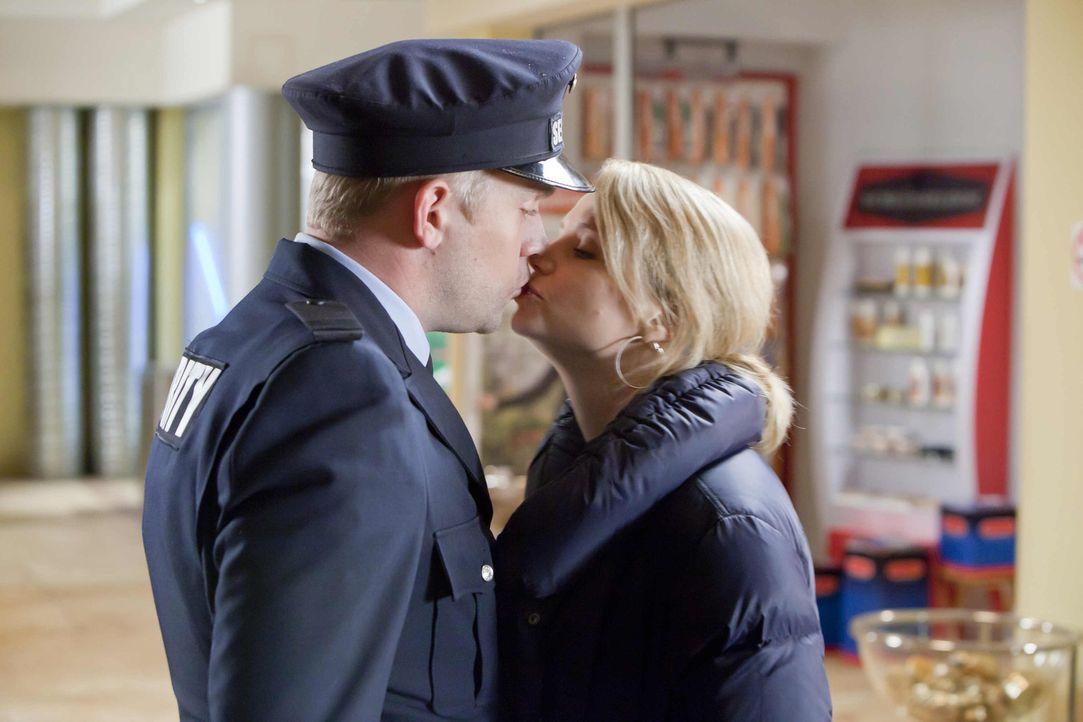 Kommen sich endlich näher: Danni (Annette Frier, r.) und Sven (Sebastian Bezzel, l.) ... - Bildquelle: SAT.1
