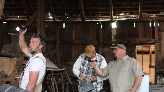 Gemeinsam durchforsten Jay (l.), Mark (M.) und Dan (r.) eine zum Abriss freig...