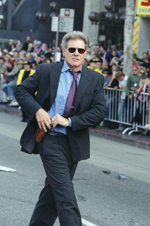 Drei Exfrauen, Geldsorgen und ein wenig erfolgreiches Immobilienbüro machen Cop Gavilan (Harrison Ford) das Leben schwer. Da soll er auch noch eine... - Bildquelle: 2003 Sony Pictures Television International. All Rights Reserved.