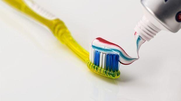 Farbige Zahnpasta mit Streifen auf einer Zahnbürste