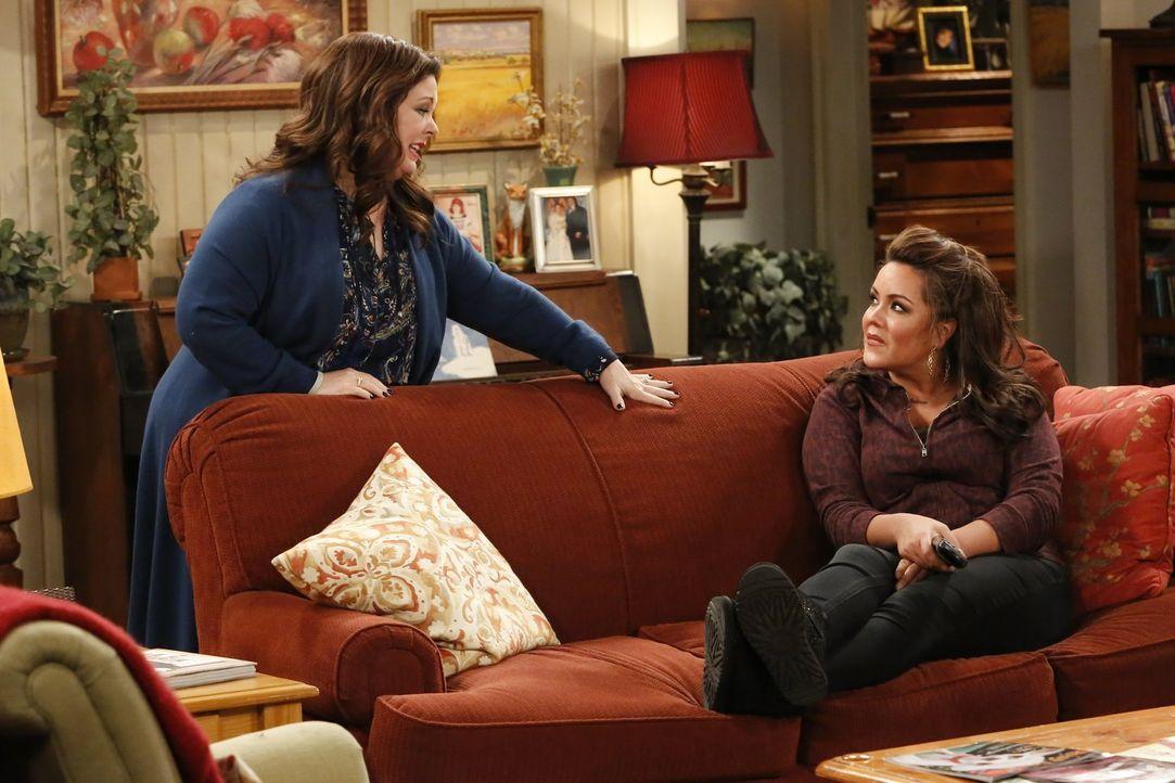 Als Joyce verkündet, dass sie Victoria (Katy Mixon, r.) das Haus vererben möchte, ist Molly (Melissa McCarthy, l.) wie vor den Kopf gestoßen. Es kom... - Bildquelle: Warner Brothers