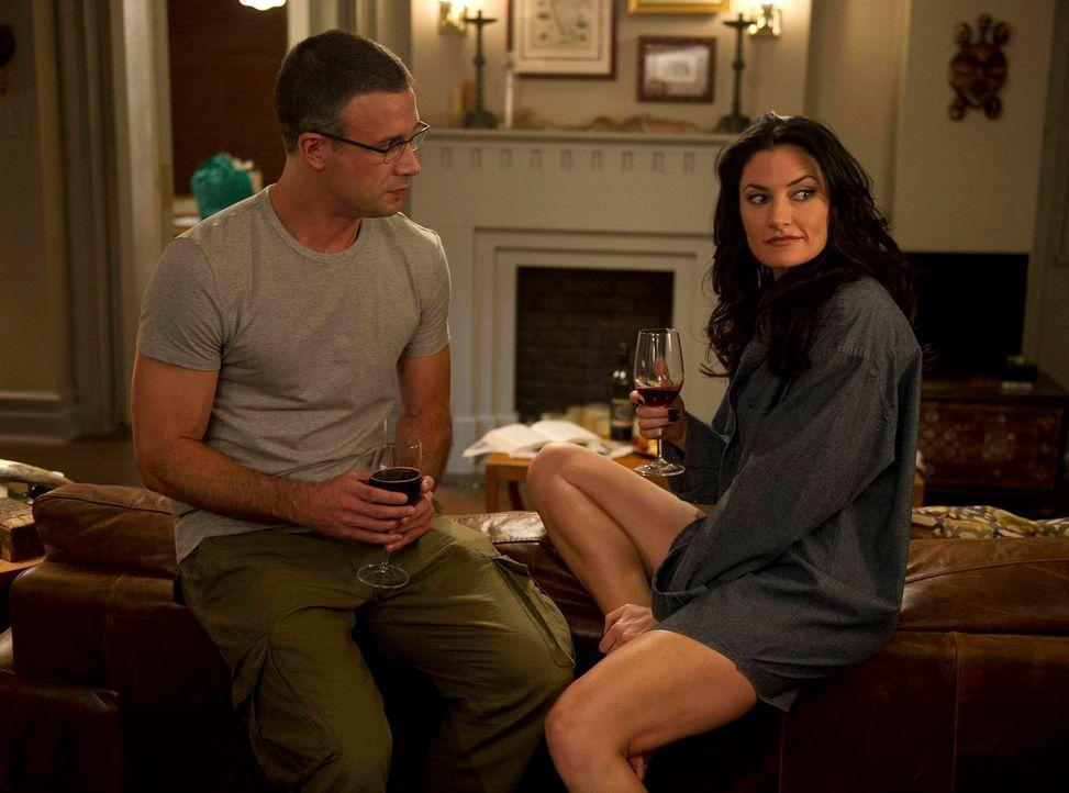 Leo Wingate (Freddie Prinze Jr., l.) ist von seiner attraktiven Nachbarin Wendy (Mädchen Amick, r.) sofort angetan ... - Bildquelle: 2013 Lifetime Entertainment Services, LLC. All rights reserved.