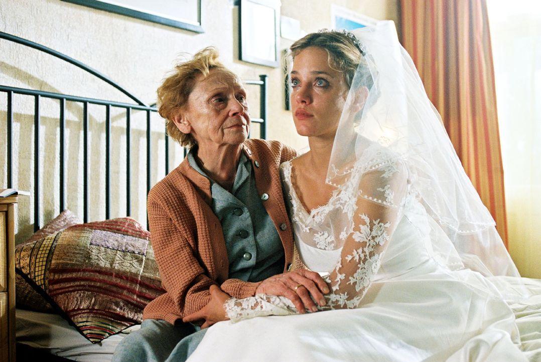 Verwirrung total: Nina (Muriel Baumeister, r.), die die Hochzeit von Karen und Hannes vorbereiten soll, sitzt tränenüberströmt in dem Designerkleid... - Bildquelle: Noreen Flynn Sat.1