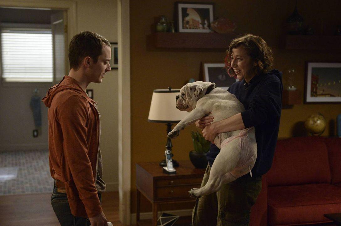 Um zu verhindern, dass Anne (Kristen Schaal, r.) auszieht, erlaubt Ryan (Elijah Wood, l.) ihr, einen Hund mit nach Hause zu bringen. Eine folgenschw... - Bildquelle: 2013 Bluebush Productions, LLC. All rights reserved.