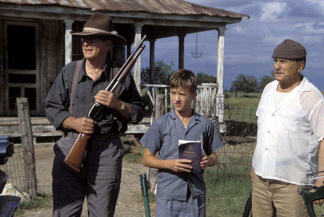 Mit der Zeit entlockt Walter (Haley Joel Osment, M.) seinen Onkels Hub (Robert Duvall, r.) und Gath (Michael Caine, l.) Stück für Stück Einzelhei... - Bildquelle: New Line Cinema