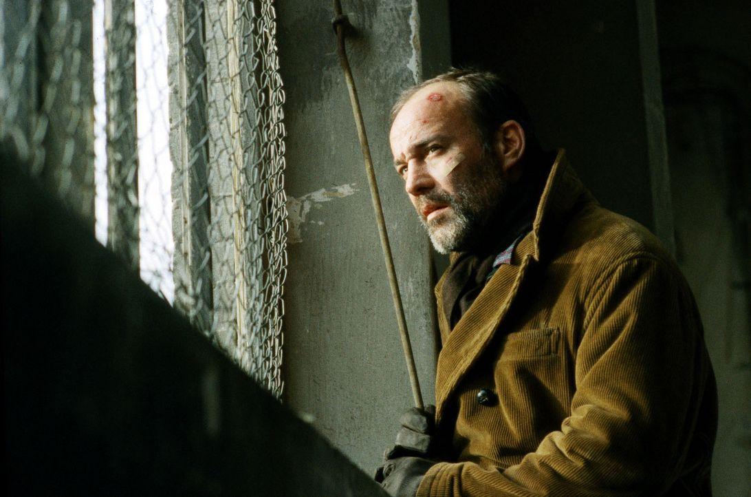 Oskar (Heiner Lauterbach), von seiner Krankheit gezeichnet, macht sich verzweifelt auf die Suche nach den Hintermännern, die für den illegalen Schmu... - Bildquelle: Kiermeir SAT.1